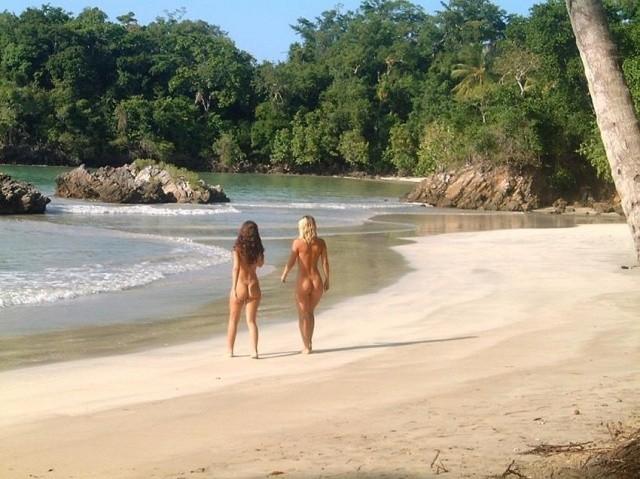 Смотреть фото 14 - Голые на пляже.